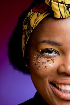 Stilvolle afrikanische frau lächelnd
