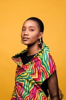 Stilvolle afrikanische frau mit bunter kleidung