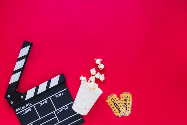 Stilvolle anordnung von popcorn und tickets