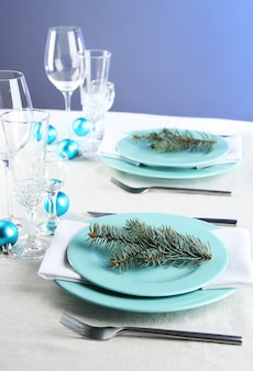 Stilvolle blaue und weiße weihnachtstischdekoration auf grauer tischdecke
