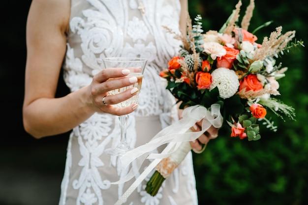 Stilvolle braut mit hochzeitsstraußblumen