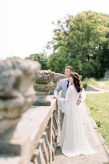 Stilvolle braut und bräutigam. brautpaar. glückliche braut und bräutigam an ihrem hochzeitstag.