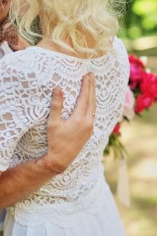 Stilvolle braut und bräutigam. gerade geheiratet brautpaar. glückliche braut und bräutigam