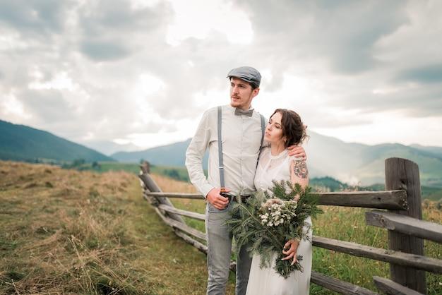 Stilvolle braut und bräutigam. gerade geheiratet. brautpaar