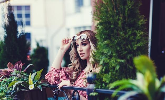 Stilvolle dame mit sonnenbrille