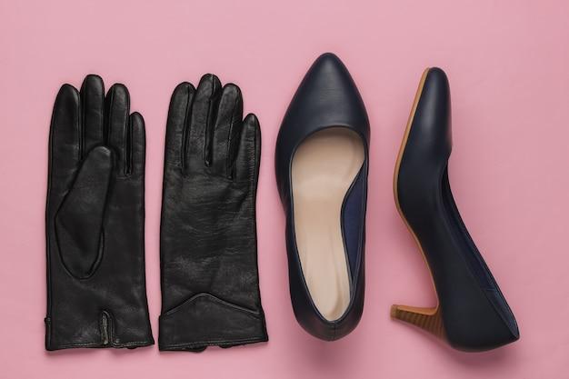 Stilvolle damen accessoires und schuhe auf rosa pastell hintergrund leder high heel schuhe tasche handschuhe