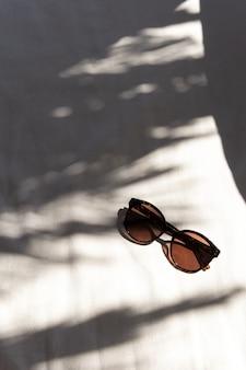 Stilvolle damensonnenbrille auf weiß