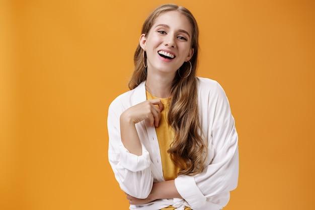 Stilvolle, durchsetzungsfähige und selbstbewusste, sorglose frau, die sich auf einer party verkleidet und freudig lacht, spaß hat und...