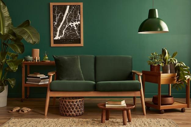 Stilvolle elegante wohnzimmereinrichtung mit grünem designsofa und mock-up-posterrahmenschablone