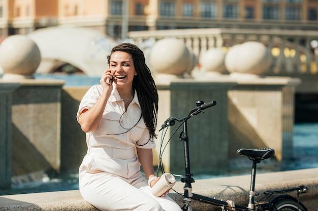 Stilvolle erwachsene frau, die am telefon spricht