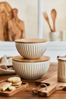 Stilvolle esstischkomposition mit elegantem geschirr und schönen küchen- und persönlichen accessoires. schönheit im detail. vorlage.