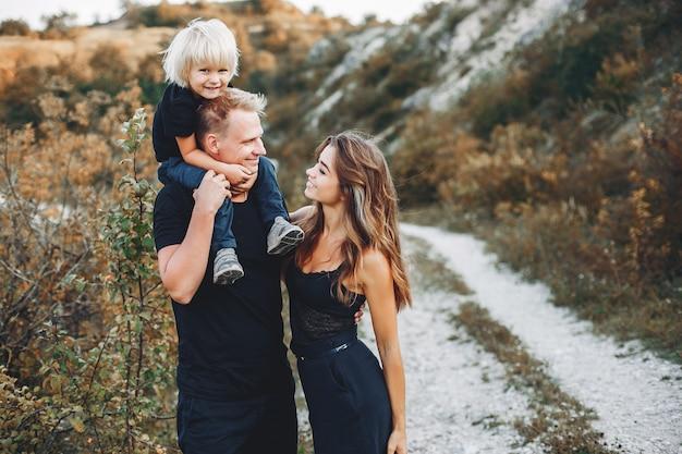 Stilvolle familie in einem park