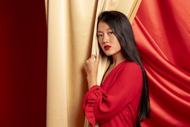 Stilvolle frau, die für neues chinesisches jahr aufwirft