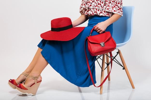 Stilvolle frau im sommeroutfit isoliert posiert im modetrend isoliert