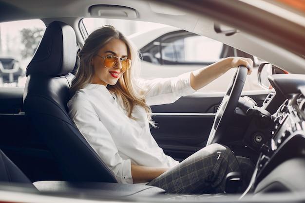 Stilvolle frau in einem autosalon
