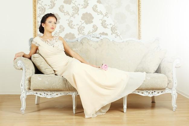 Stilvolle frau in einem luxuriösen vintage-stil