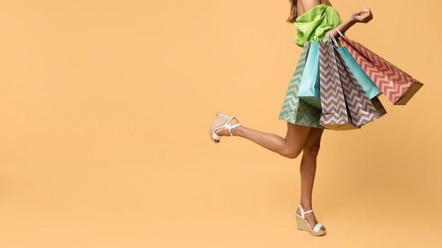 Stilvolle frau mit einkaufstüten