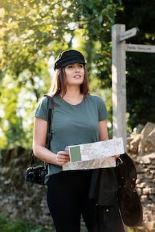 Stilvolle frau mit karte zum reisen