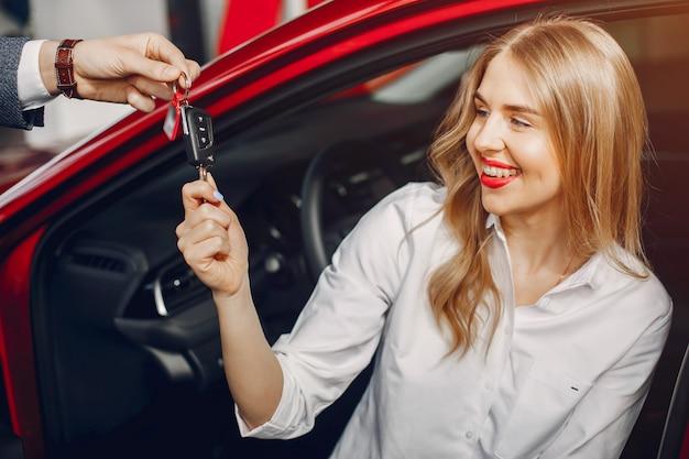 Stilvolle frau zwei in einem autosalon