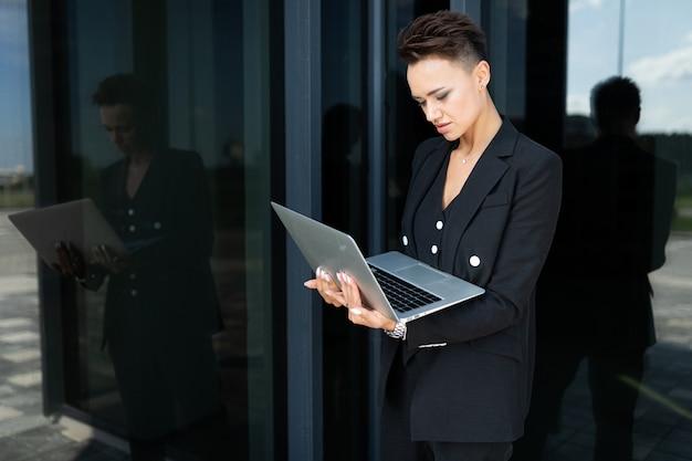 Stilvolle geschäftsfrau bei der arbeit, konzept einer starken und selbstbewussten frau