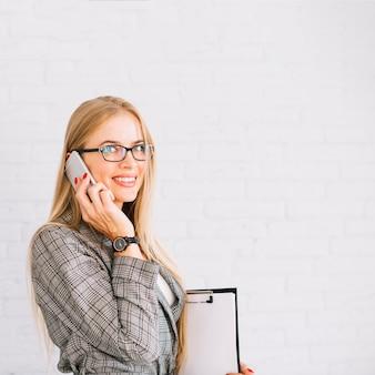 Stilvolle geschäftsfrau, die telefonanruf macht