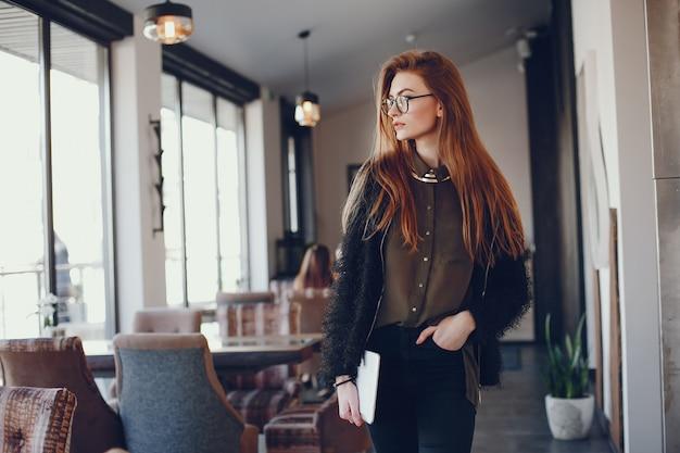 Stilvolle geschäftsfrau in einem café