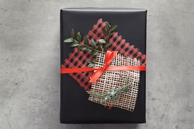 Stilvolle geschenkbox auf grauer oberfläche