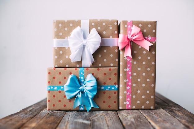 Stilvolle geschenkboxen auf einem holztisch