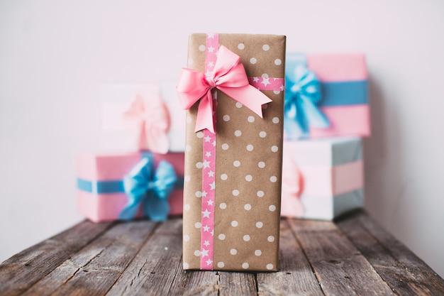Stilvolle handgemachte geschenkbox mit rosa schleife
