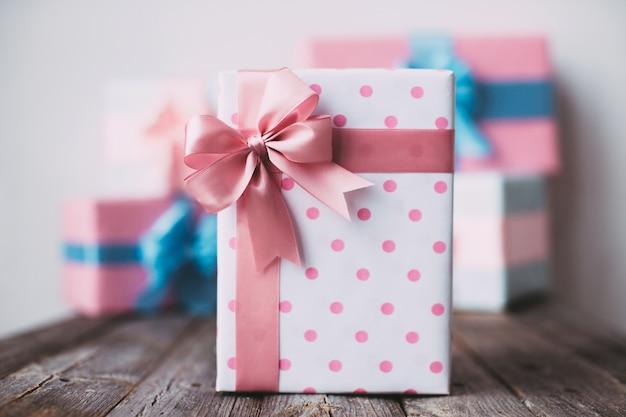 Stilvolle handgemachte geschenkbox tupfen mit rosa schleife