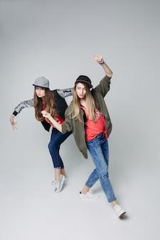 Stilvolle hippie-mädchen, die hip-hop tanzen.