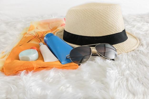Stilvolle hut frau sonnenbrille und tablet mode schal, sonnencreme auf wolle hintergrund. urlaub an