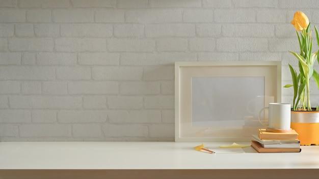 Stilvolle inneneinrichtung mit arbeitsbereich mit rahmen, blumentopf, briefpapier und kopierraum