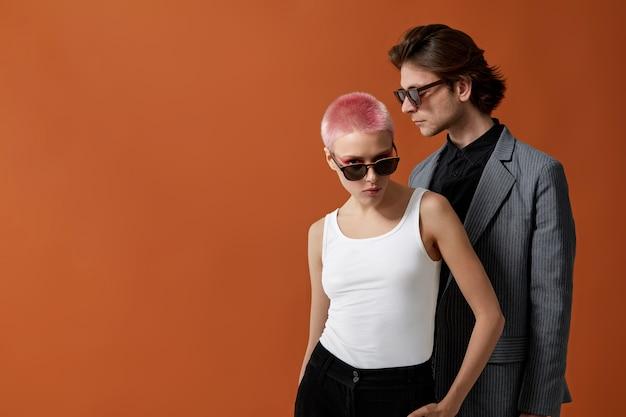 Stilvolle junge hipster frau und mann in sonnenbrille, zusammen posierend