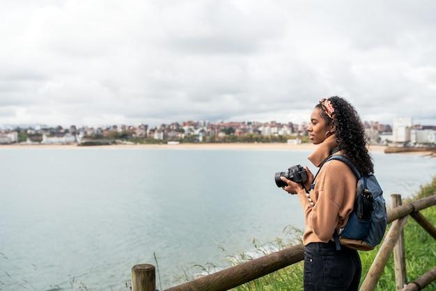 Stilvolle junge schwarze reisende, die ein foto macht