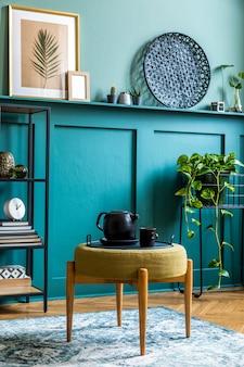 Stilvolle komposition auf dem design-holztisch mit goldener uhr, büchern und papierblumen in der vase. minimalistisches konzept des wohnzimmers. platz kopieren.