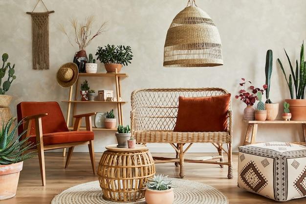 Stilvolle komposition aus gemütlichem wohnzimmer mit kopienraum, vielen pflanzen, holzregalen, rattansofa und accessoires. beige wand, teppich auf dem boden. pflanzen lieben konzept. schablone.