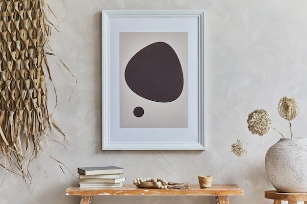 Stilvolle komposition aus gemütlichem wohnzimmer mit mock-up-posterrahmen, bank im retro-stil, tonvasen, geschirr und strohdekoration. rustikale inspiration. sommergefühl. beige wand. vorlage.