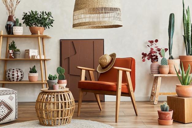 Stilvolle komposition aus modernem wohnzimmerinterieur mit strukturmalerei, vielen kakteen und pflanzen, sessel, holzregalen und accessoires. kreative wand, teppich auf dem boden. schablone.