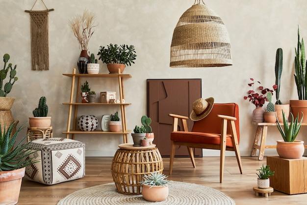 Stilvolle komposition aus modernem wohnzimmerinterieur mit strukturmalerei, vielen kakteen und pflanzen, sessel, holzregalen und accessoires. kreative wand, teppich auf dem boden. vorlage.