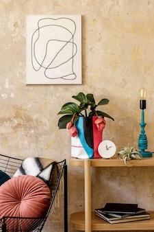 Stilvolle komposition des wohnzimmerinterieurs mit fotorahmen holzkonsole design sessel pflanzen in hipster topf dekoration buch tischlampe und persönlichem zubehör