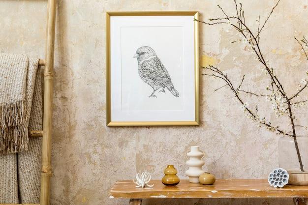 Stilvolle komposition des wohnzimmerinterieurs mit goldrahmen, holzbank, dekoration, leiter, vasen und eleganten persönlichen accessoires in moderner wohnkultur.