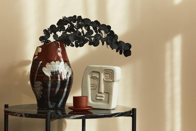 Stilvolle komposition im schicken interieur mit marmorcouchtisch, getrockneter eukalyptusblume in vase und tasse kaffee in moderner wohnkultur. einzelheiten..