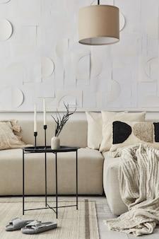 Stilvolle komposition im schicken interieur mit schwarzem couchtisch, getrockneten blumen in vase, kerzenständer, kissen, decke, kunstmalerei und buch in moderner wohnkultur. einzelheiten. vorlage.