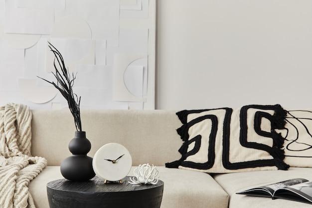 Stilvolle komposition im schicken interieur mit schwarzem holztisch, getrockneten blumen in vase, kissen, decke in moderner wohnkultur. einzelheiten..