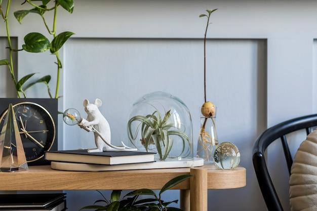 Stilvolle komposition im wohnzimmer mit design-tischlampenstuhl und eleganten accessoires