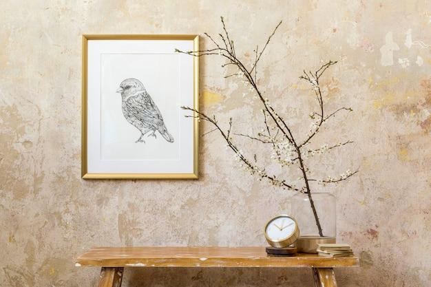 Stilvolle komposition im wohnzimmer mit designuhr, holzbank, getrockneten blumen in vase, grunge-wand, goldenem mock-up-rahmen und eleganten persönlichen accessoires in moderner wohnkultur.