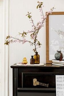 Stilvolle komposition im wohnzimmer mit schwarzem klavier, mock-up-posterkarte, getrockneten blumen in vase, dekoration und eleganten accessoires in moderner wohnkultur.