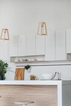 Stilvolle küche aus weißem und braunem holz.