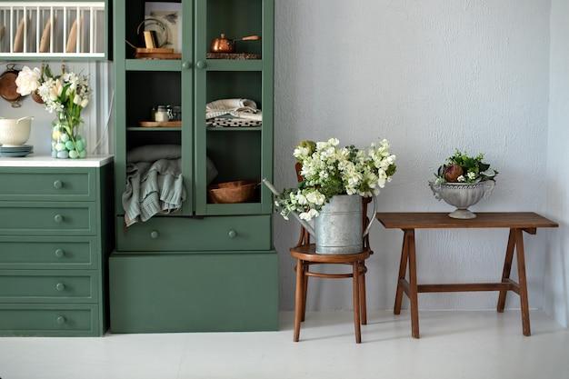 Stilvolle küche mit blumen in vase auf stuhl kücheneinrichtung mit möbeln